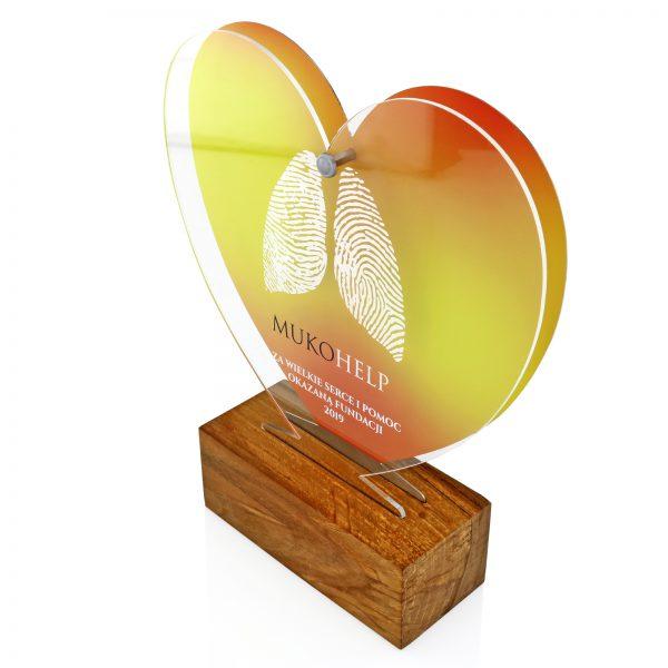 Okolicznościowa statuetka na drewnianym postumencie – serce