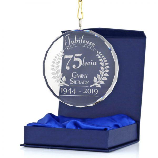 Szklany medal jubileuszowy z grawerem na 75-lecie gminy