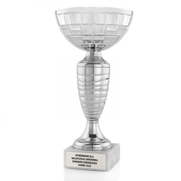 Srebrny puchar z grawerem dla zawodnika w zawodach jeździeckich