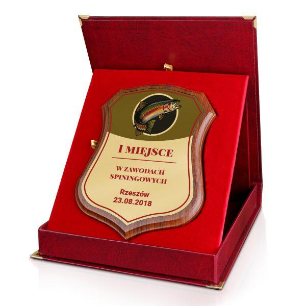 Drewniany certyfikat w czerwonym etui na zawody wędkarskie