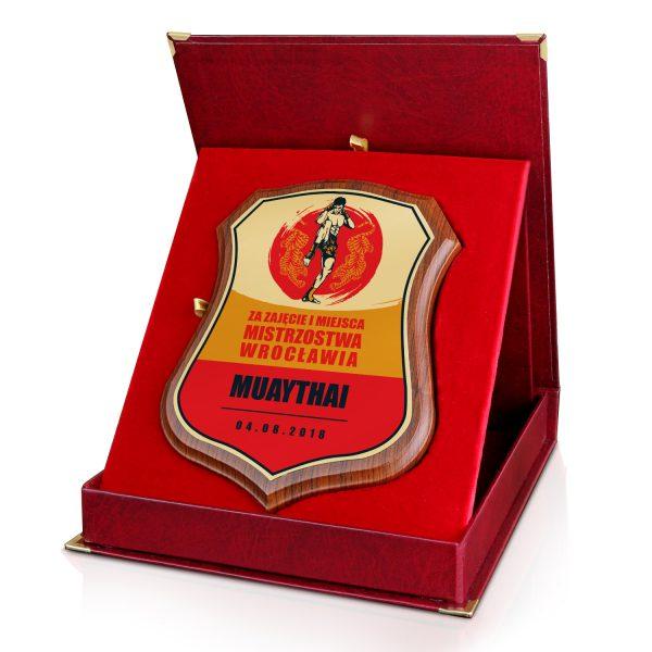 Certyfikat na drewnianym podkładzie w czerwonym etui na mistrzostwa Muay Thai