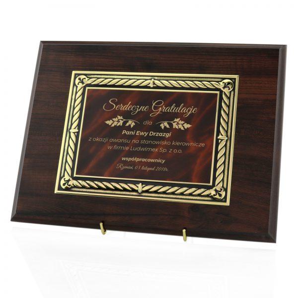 Certyfikat na drewnianym podkładzie z okazji awansu w firmie