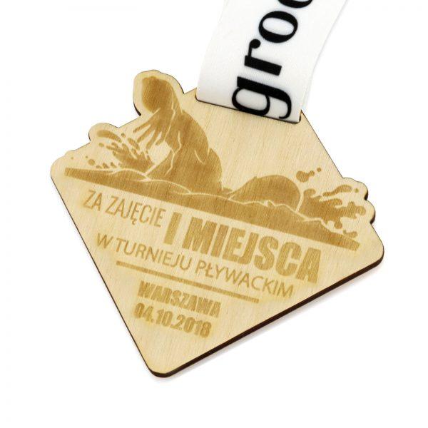 Medal z grawerem ze sklejki na zawody w pływaniu