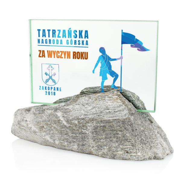 Statuetka ze szklanym elementem na postumencie z kamienia dla alpinisty za wyczyn roku