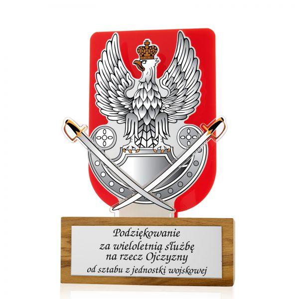 Statuetka z pleksi na drewnianym postumencie dla żołnierza