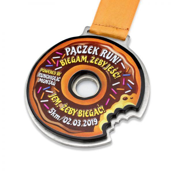 Metalowy medal z wklejką z pleksi na zawodu biegowe Pączek Run