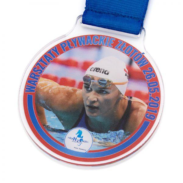 Medal sportowy z pleksi z nadrukiem na Warsztaty Pływackie
